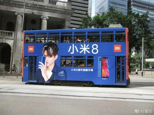 雷军于香港街头拍下趣图:巴士全身涂装小米8宣传海报