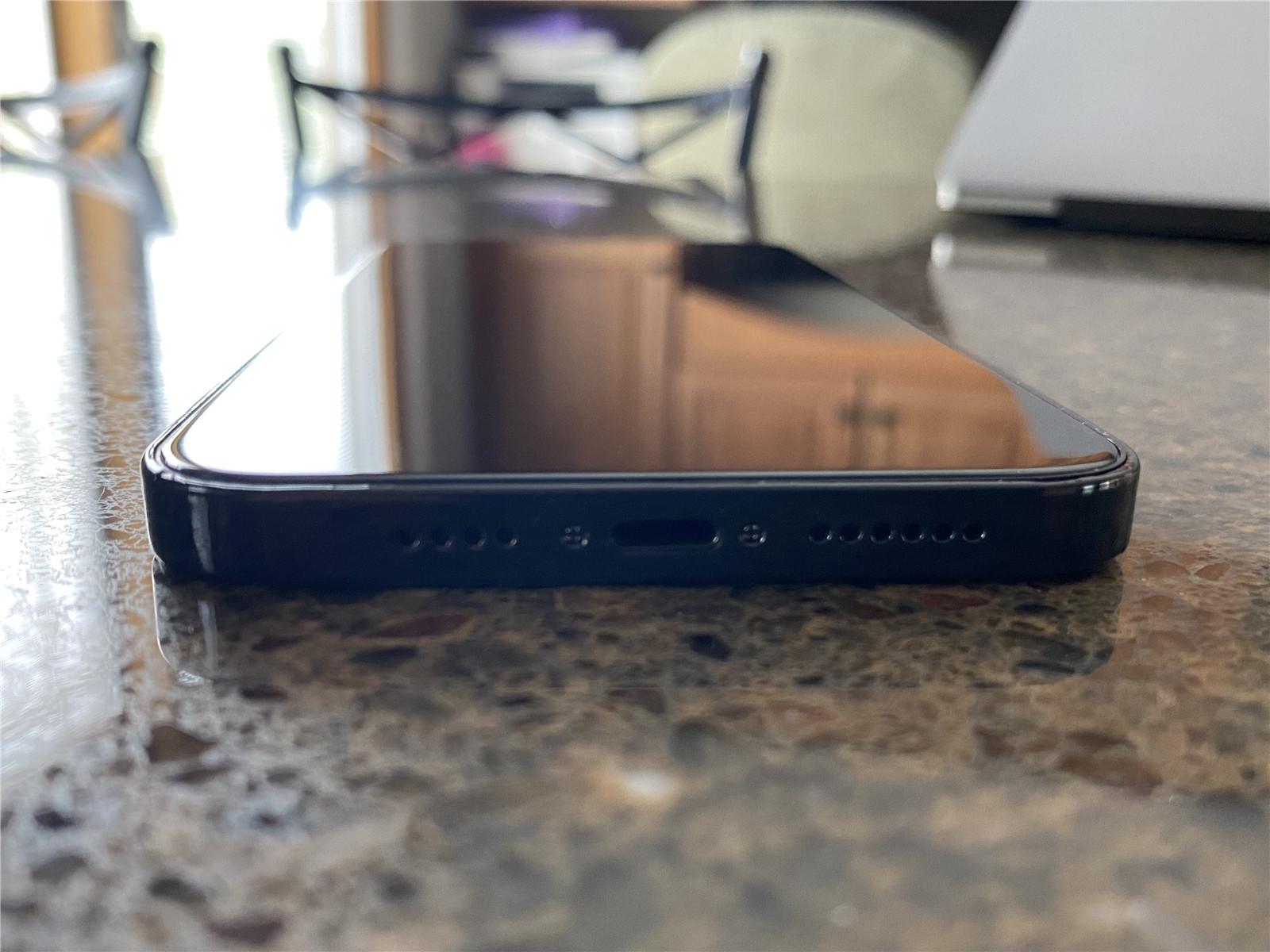 重回iPhone 4!iPhone 12系列机模上手:老外大赞
