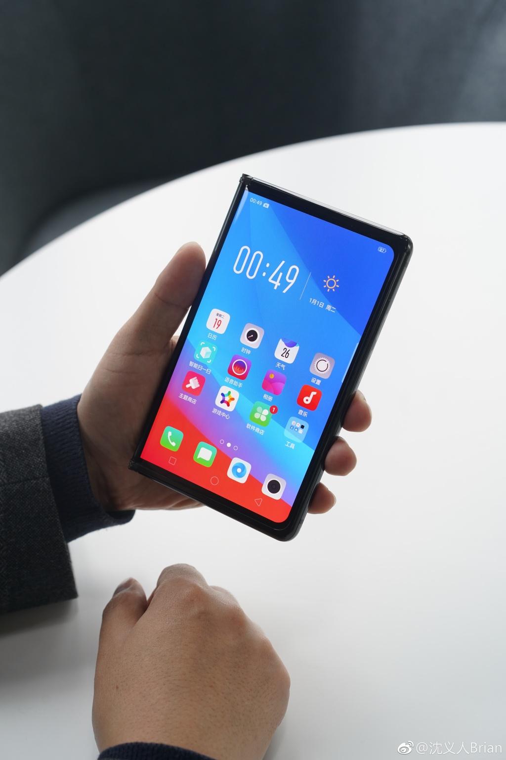 沈义人展示OPPO折叠屏手机:形似Mate X