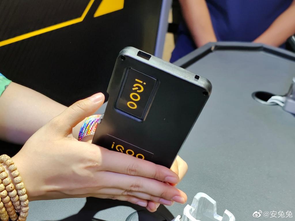 iQOO 8真机亮相:顶级屏幕+骁龙888 Plus
